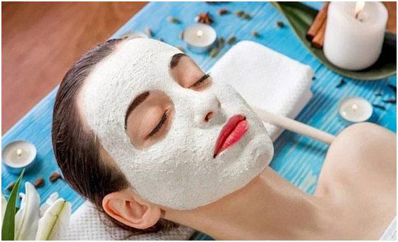 nanesenie-maski-iz-beloj-gliny