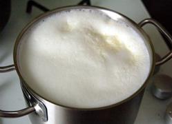 Смешайте молоко с водой