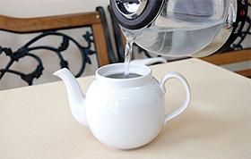 Заварочный чайник обдаем кипятком